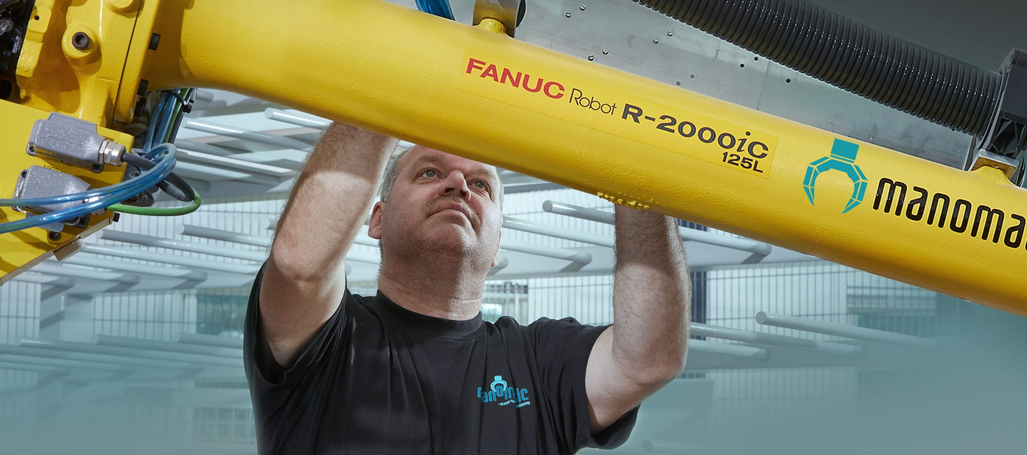 Tekniker arbejder på FANUC industrirobot