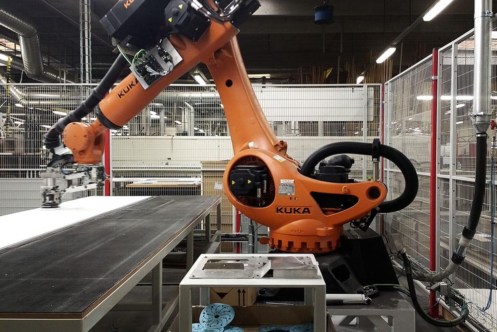 KUKA industrirobot arm flytter plader