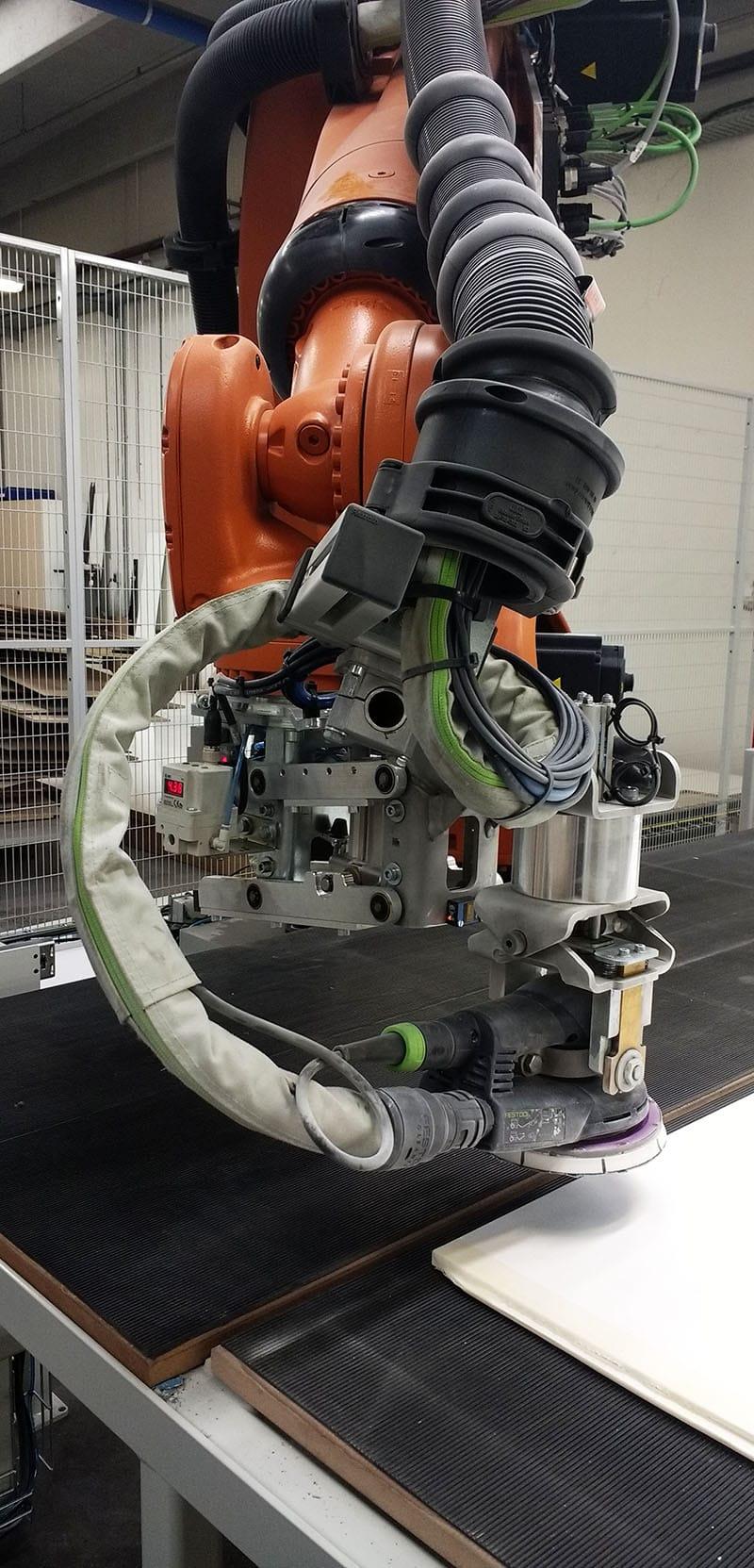 KUKA Robot arm griber plader i produktion
